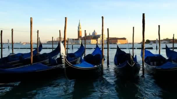Řada gondol zaparkovaných na městském molu na Grand Canal v Benátkách, Itálie-Evropa