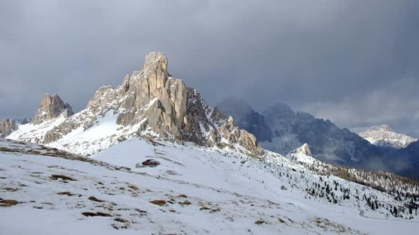 Fantastická zimní krajina u Passo Giau - Dolomity - Itálie