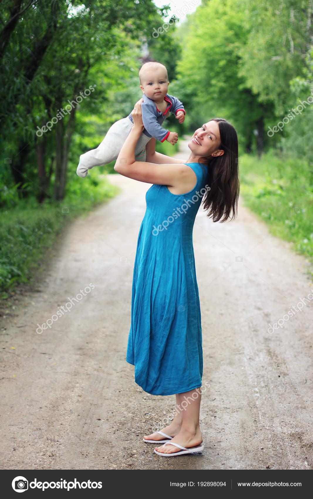 Joven Madre Vestido Azul Turquesa Con Pequeño Hijo Sus