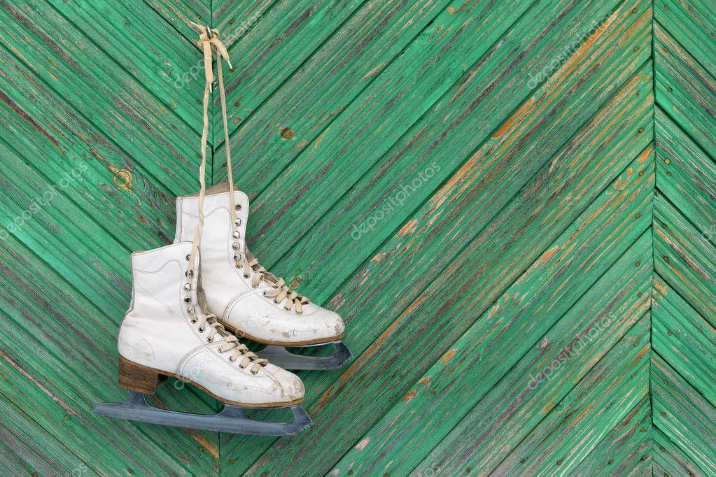 картинки с коньками на гвозде скандинавском стиле просто