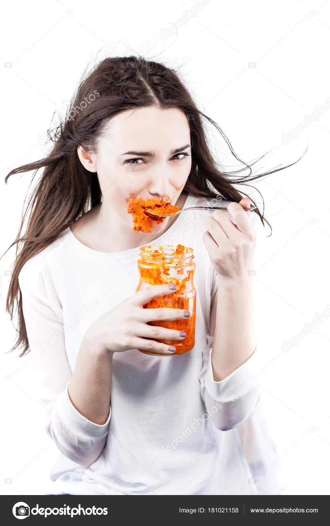 Молодая женщина ест шоколад и банан на тосте — Стоковое