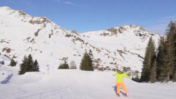 Snowboarderin springt in einem Snowpark in den Schweizer Alpen.