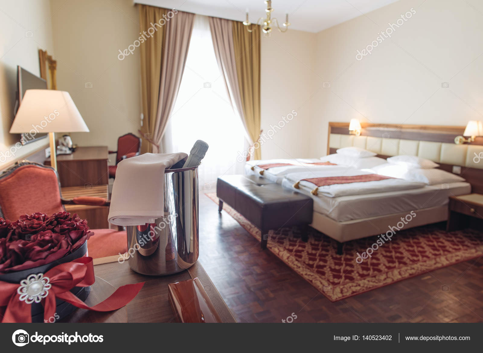Elegant hotelkamer met roos decoratie en champagne romantisch