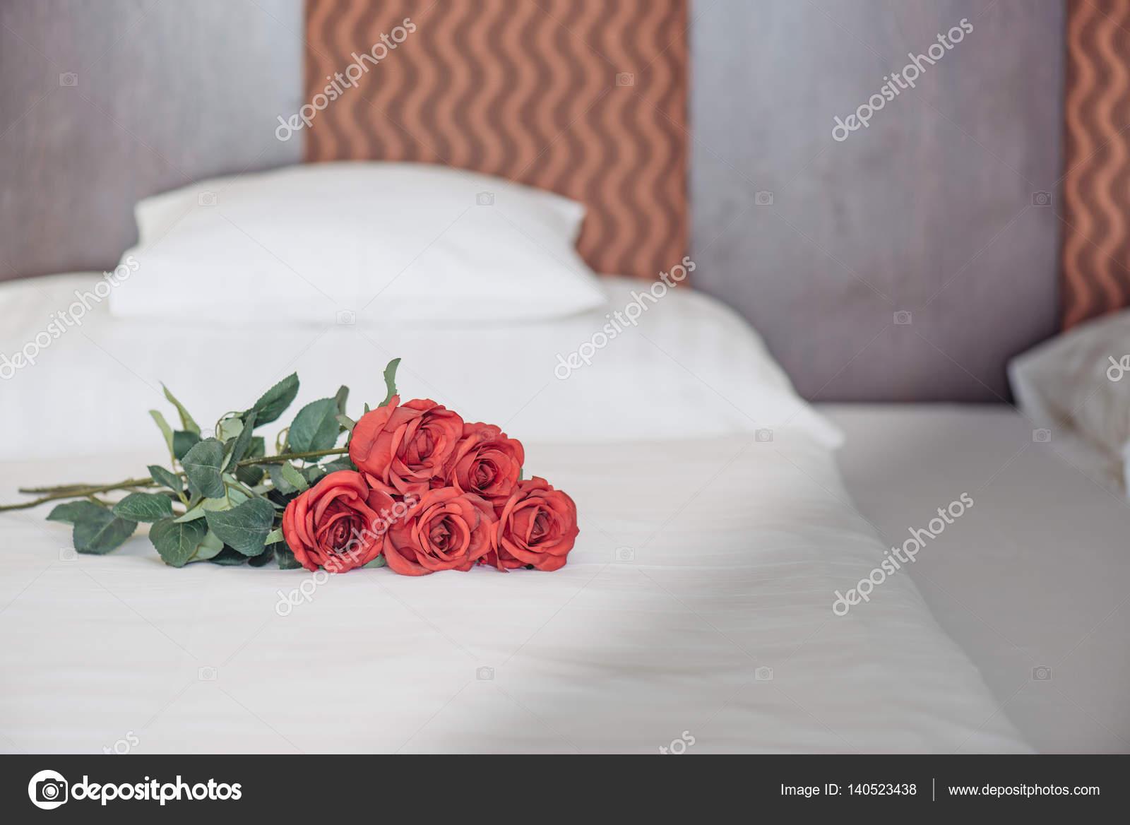 Bed Met Rozen.Rozen Op Bed In Luxe Hotelkamer Stockfoto C Loriklaszlo 140523438