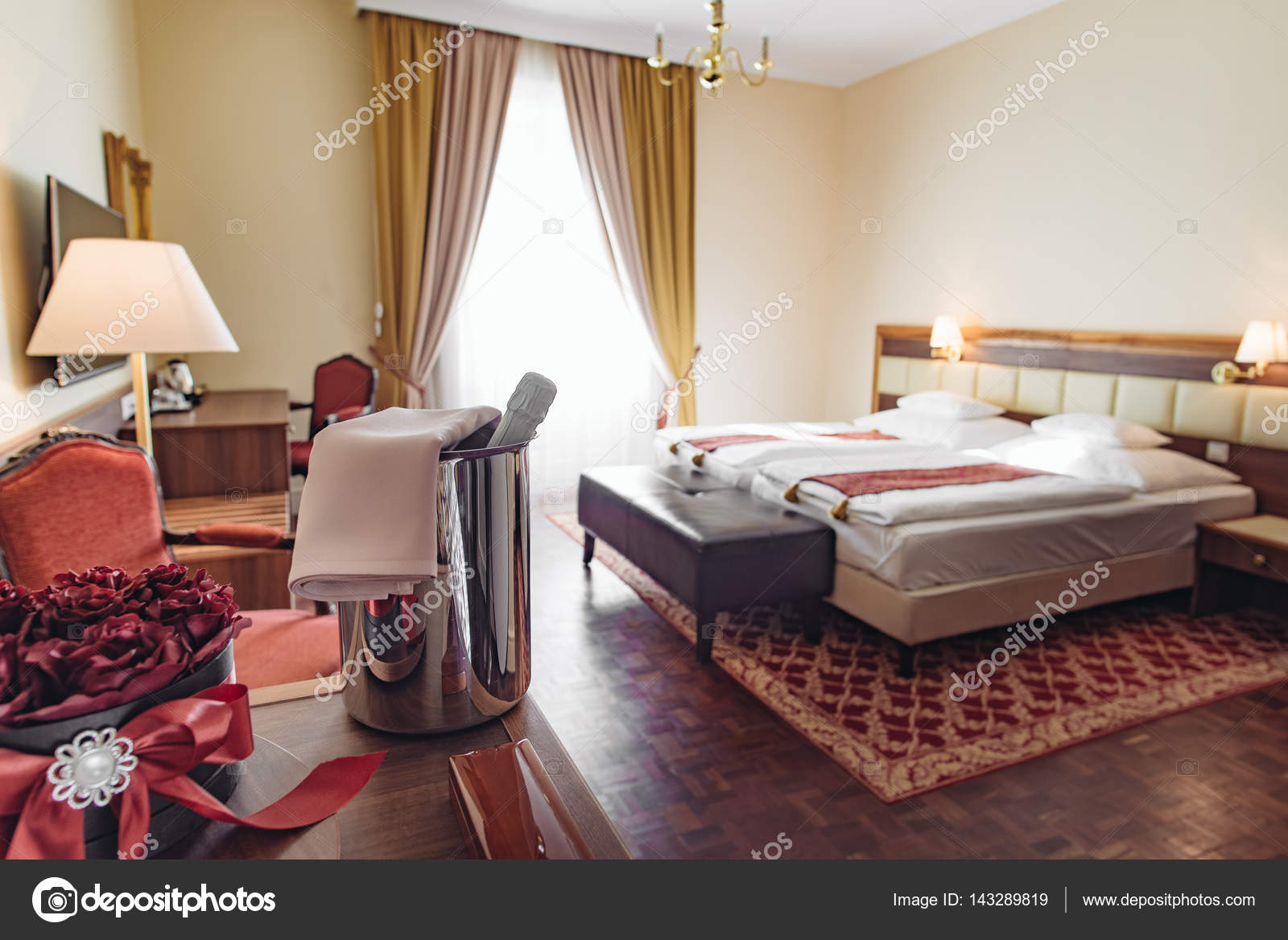 chambre d'hôtel élégant avec une décoration romantique et champagne