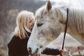 Nő, és a ló. Állat gond koncepció.