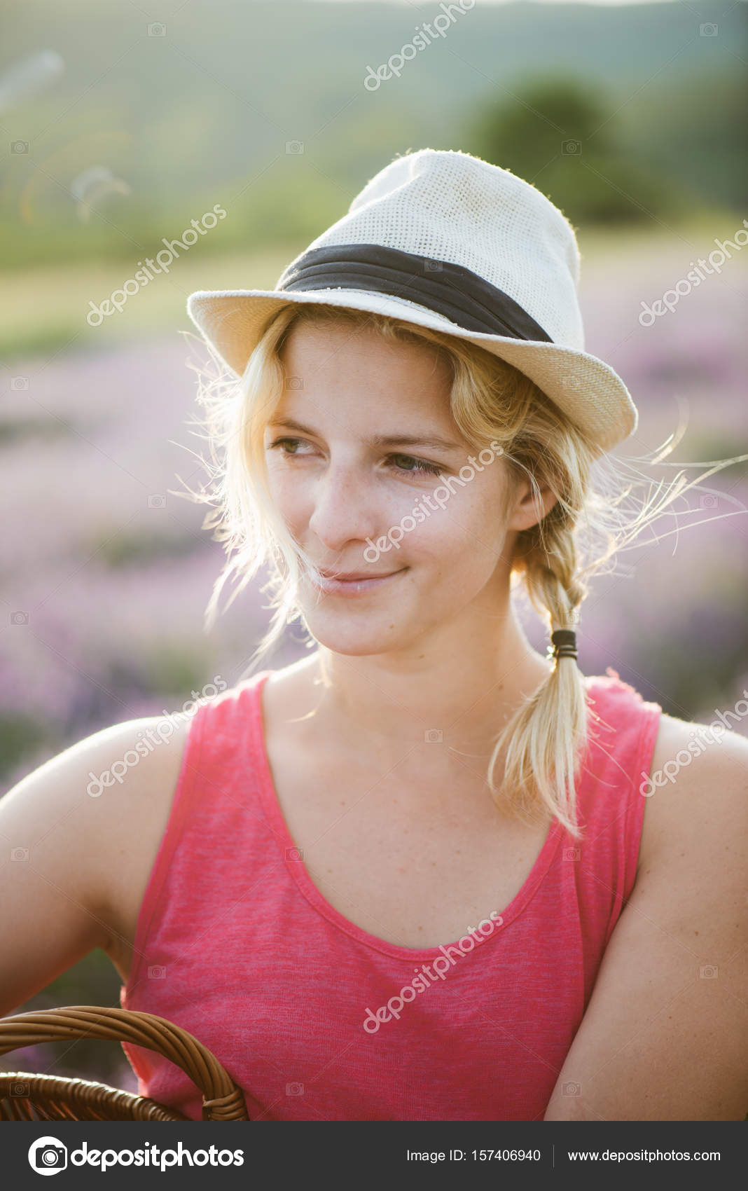 Ritratto di bella donna bionda in giardinaggio di cappello di paglia  all aperto — Foto di loriklaszlo acd58925d160