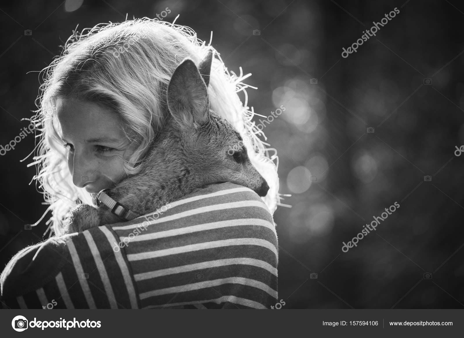 mulher e young animal jovem mulher cuidando do veado cervo humano