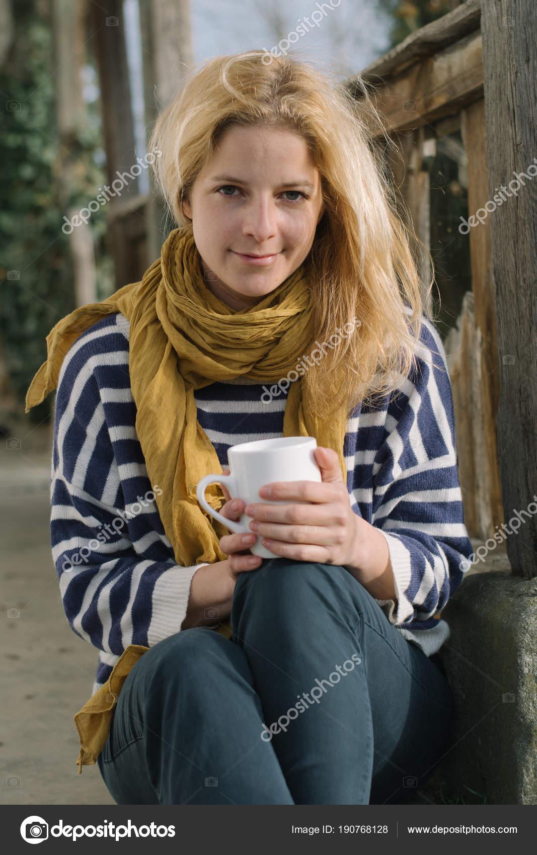 Frau Mit Einer Tasse Kaffee Oder Tee Garten Stockfoto