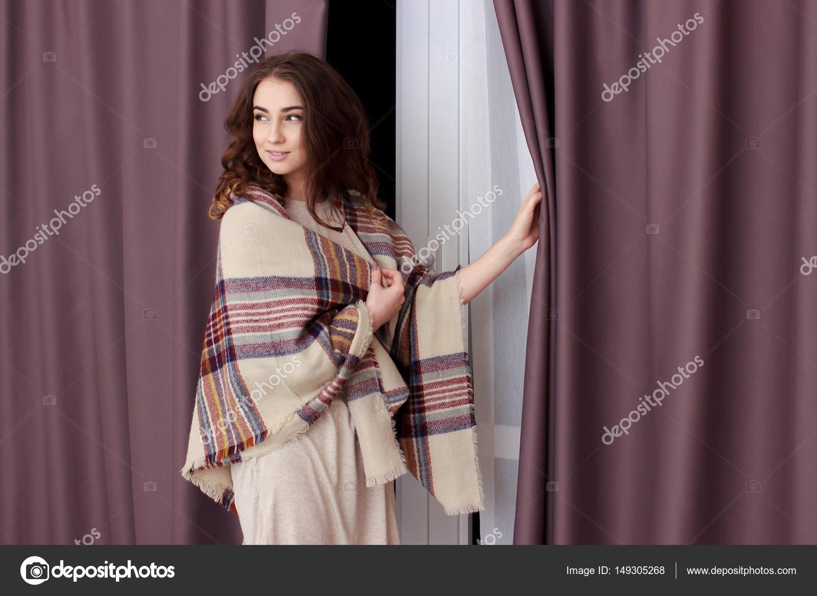 Ragazza in piedi vicino alla finestra a casa foto stock for Ragazza alla finestra quadro
