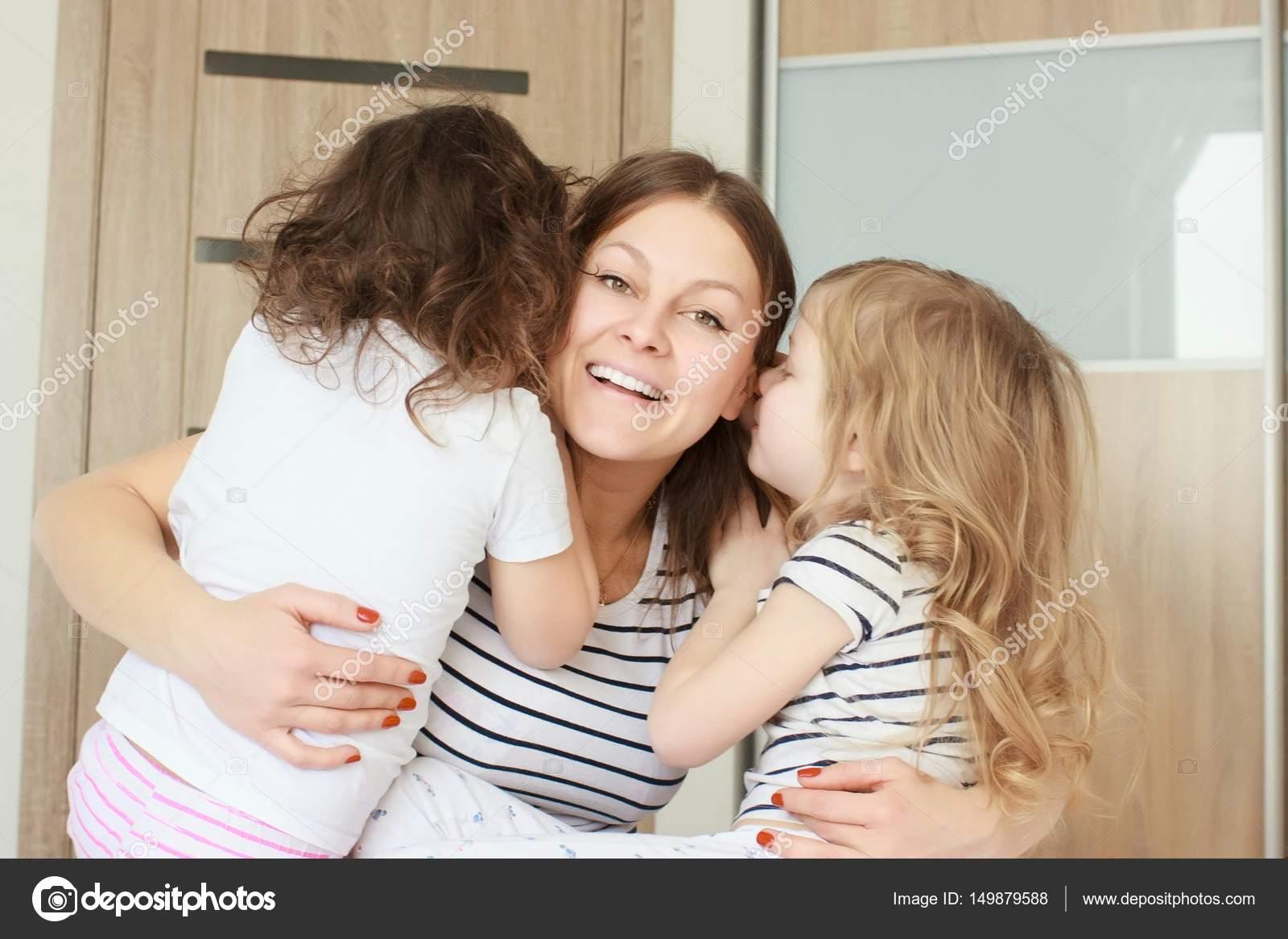 Трахает дочку и ее подругу, Отец трахнул молодую дочь вместе с подружкой 18 фотография