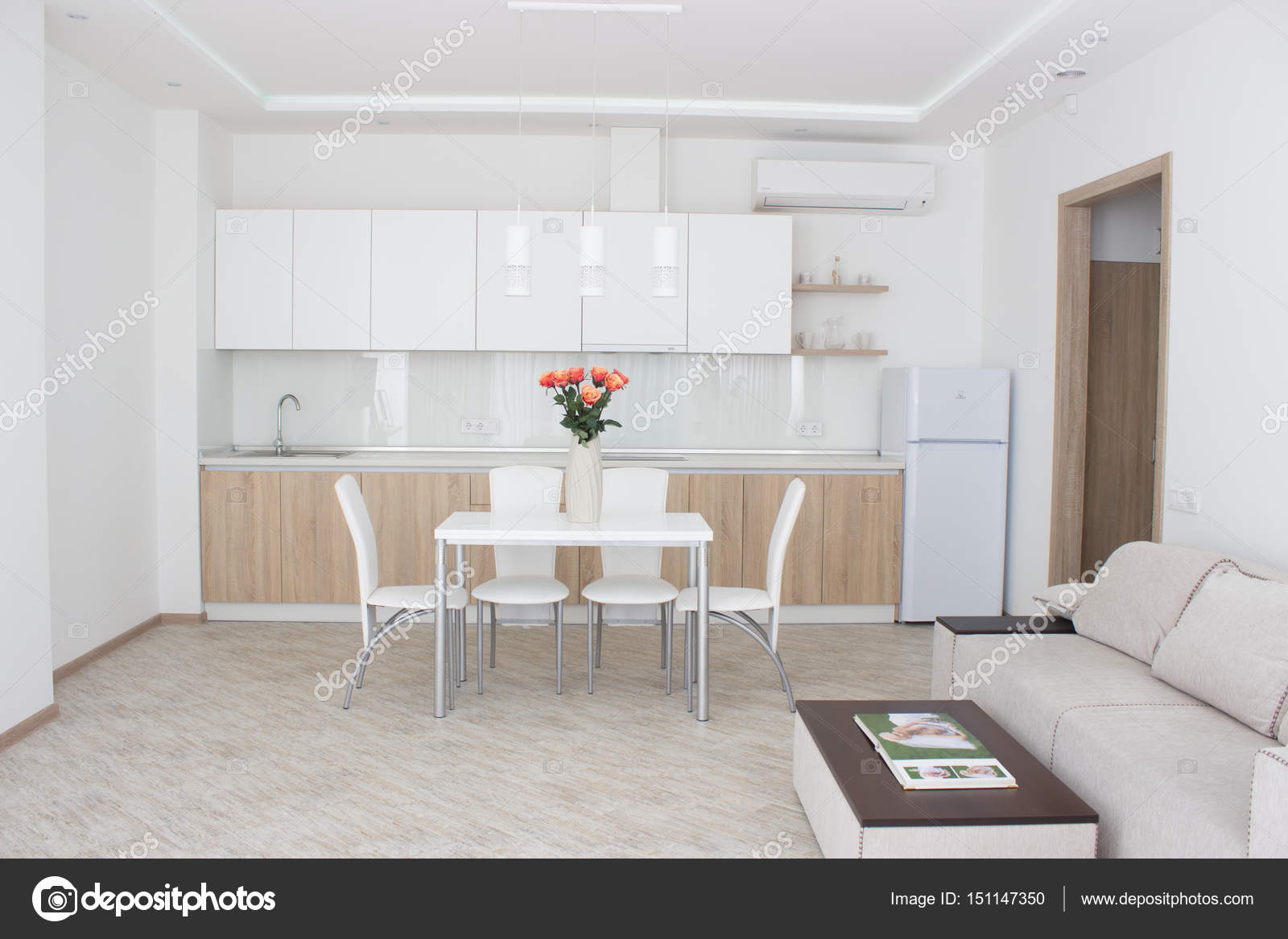 Interieur huis grote moderne keuken u stockfoto saksoni
