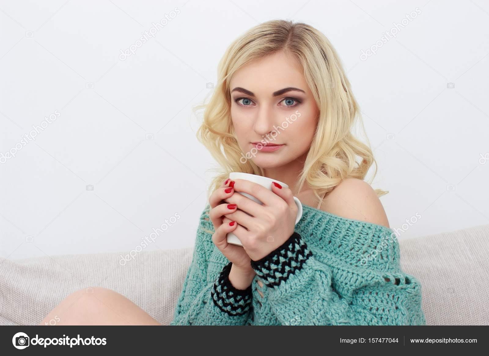 Зрелая женщина с молодым на диване — pic 11