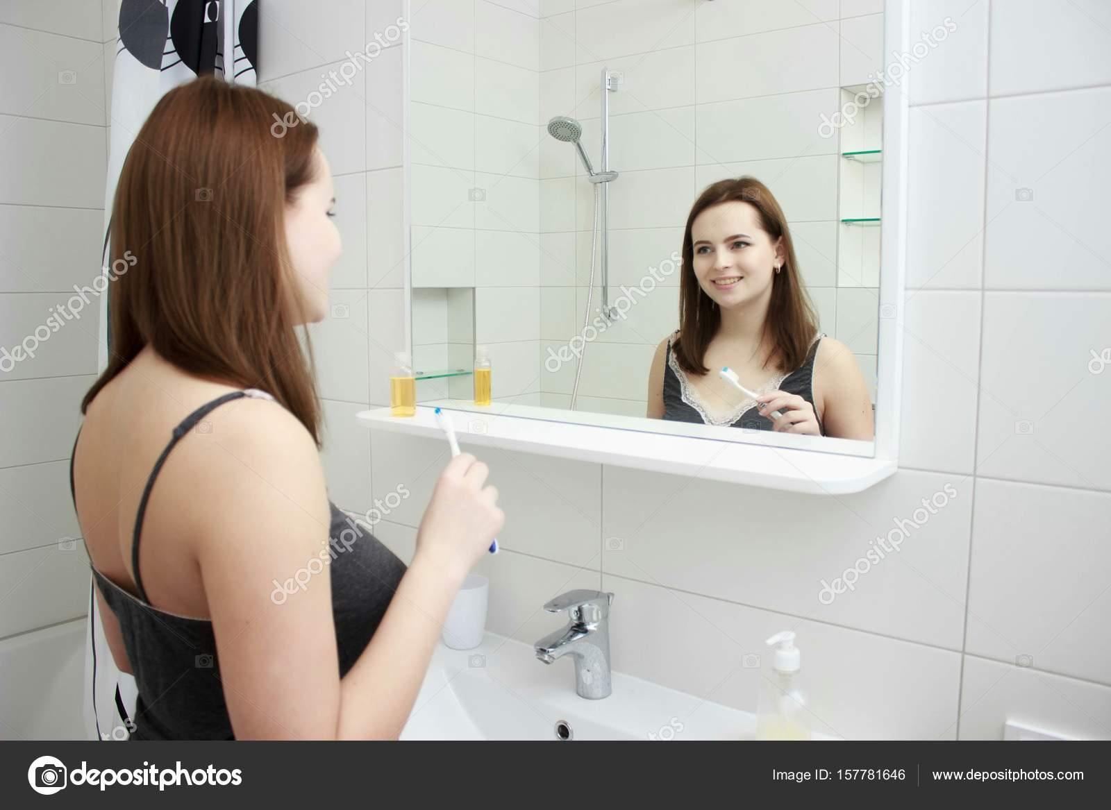 Nieuwe Badkamer Poetsen : Portret van gelukkig meisje in de badkamer haar tanden poetsen