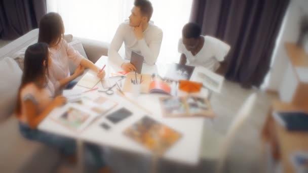 Skupina studentů nebo mladé obchodního týmu pracuje na projektu
