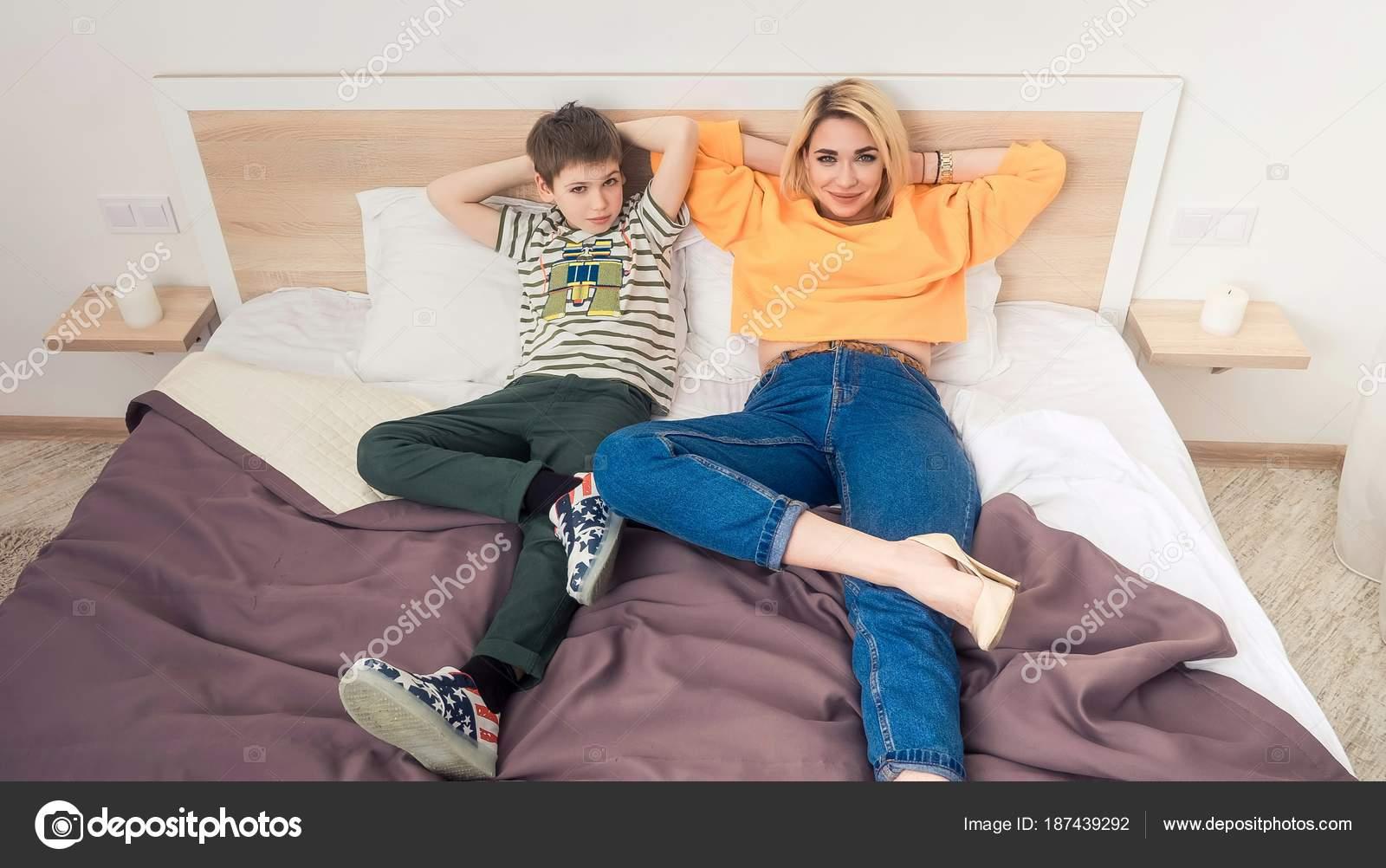 Секс мамы с сыном в спальне, Реальное русское онлайн видео секса матери с сыном 17 фотография