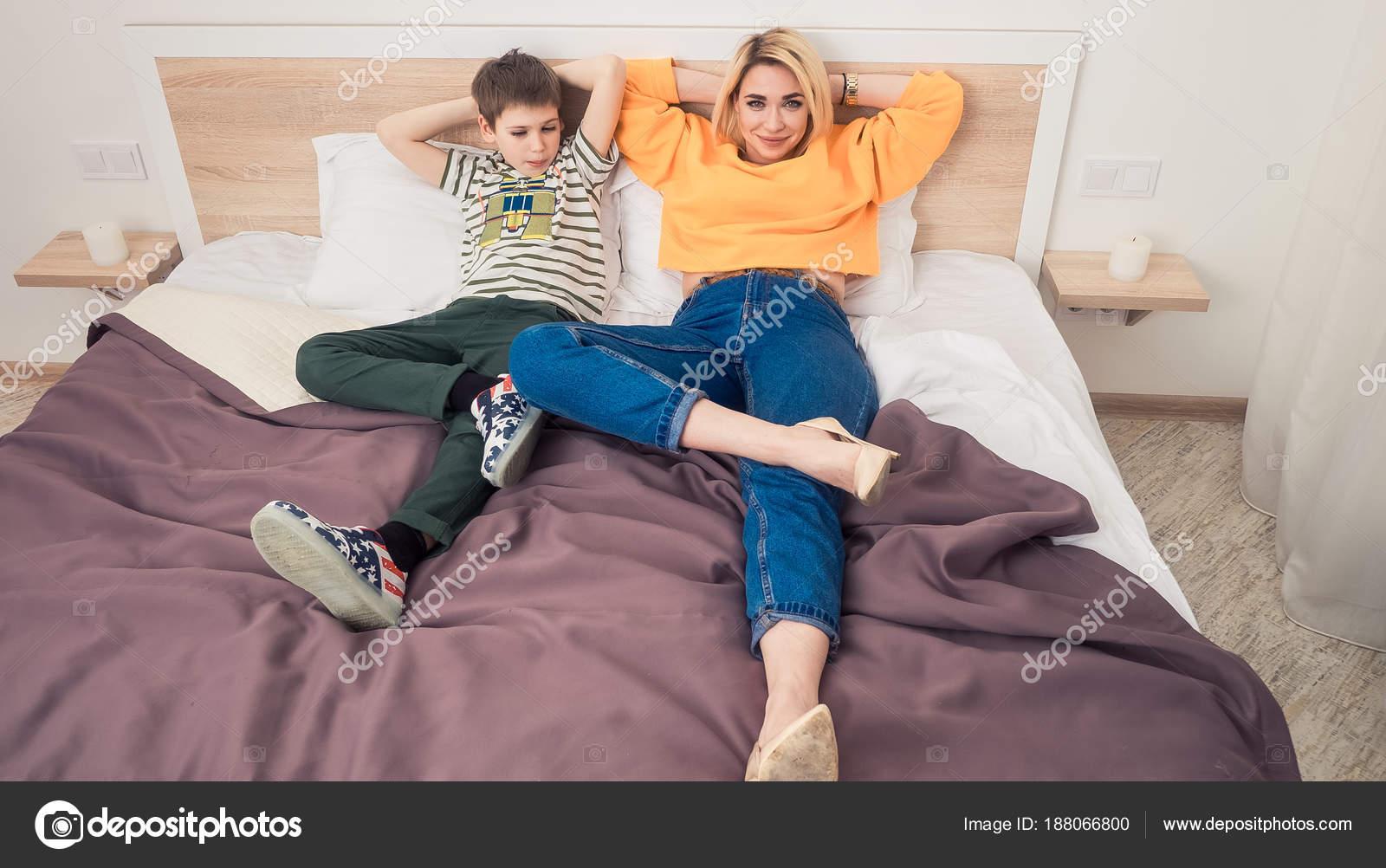 Сын ебеть свою маму на дачу, Мама сын на даче: смотреть русское порно видео онлайн 19 фотография
