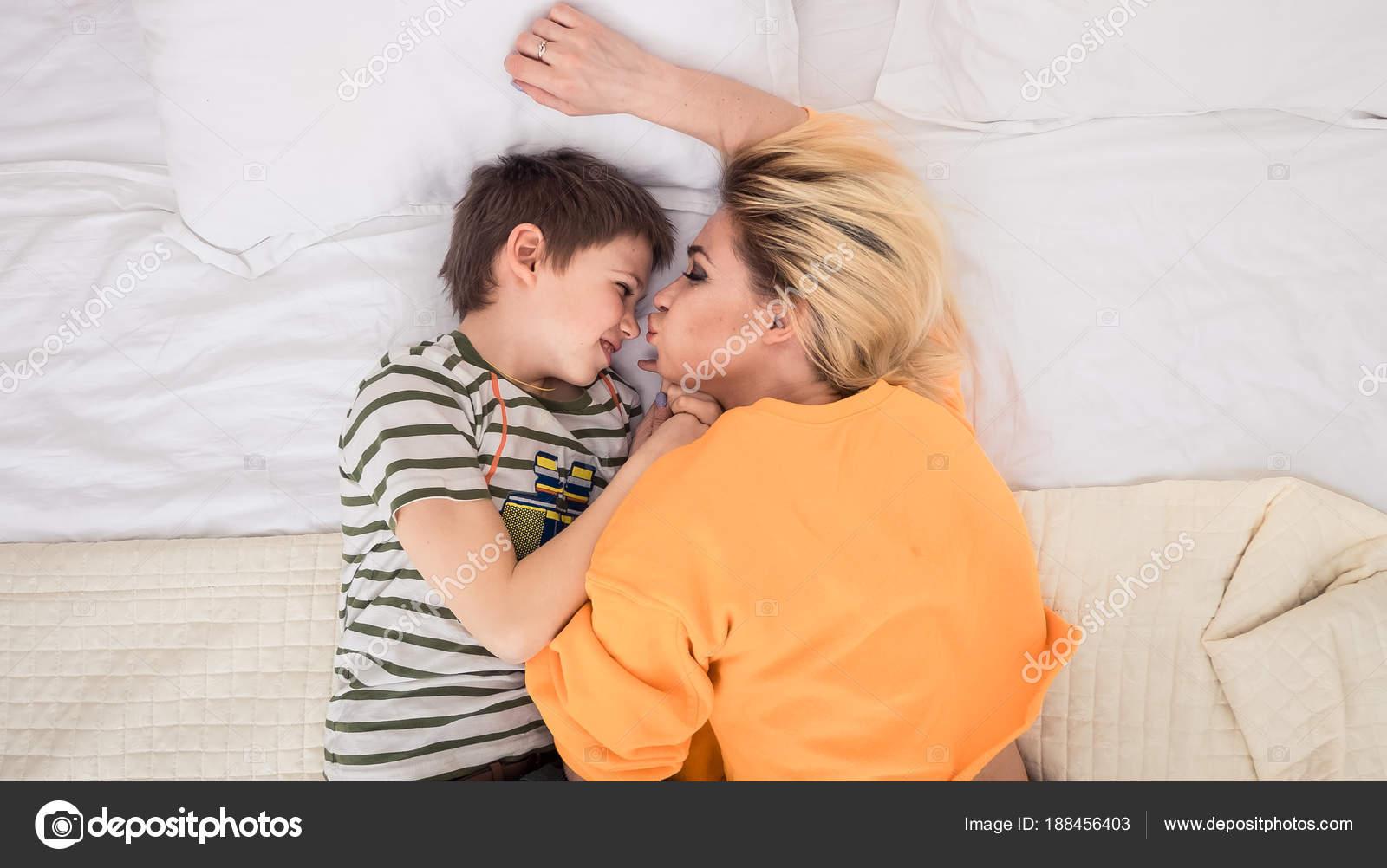 трахает мать сын реальное