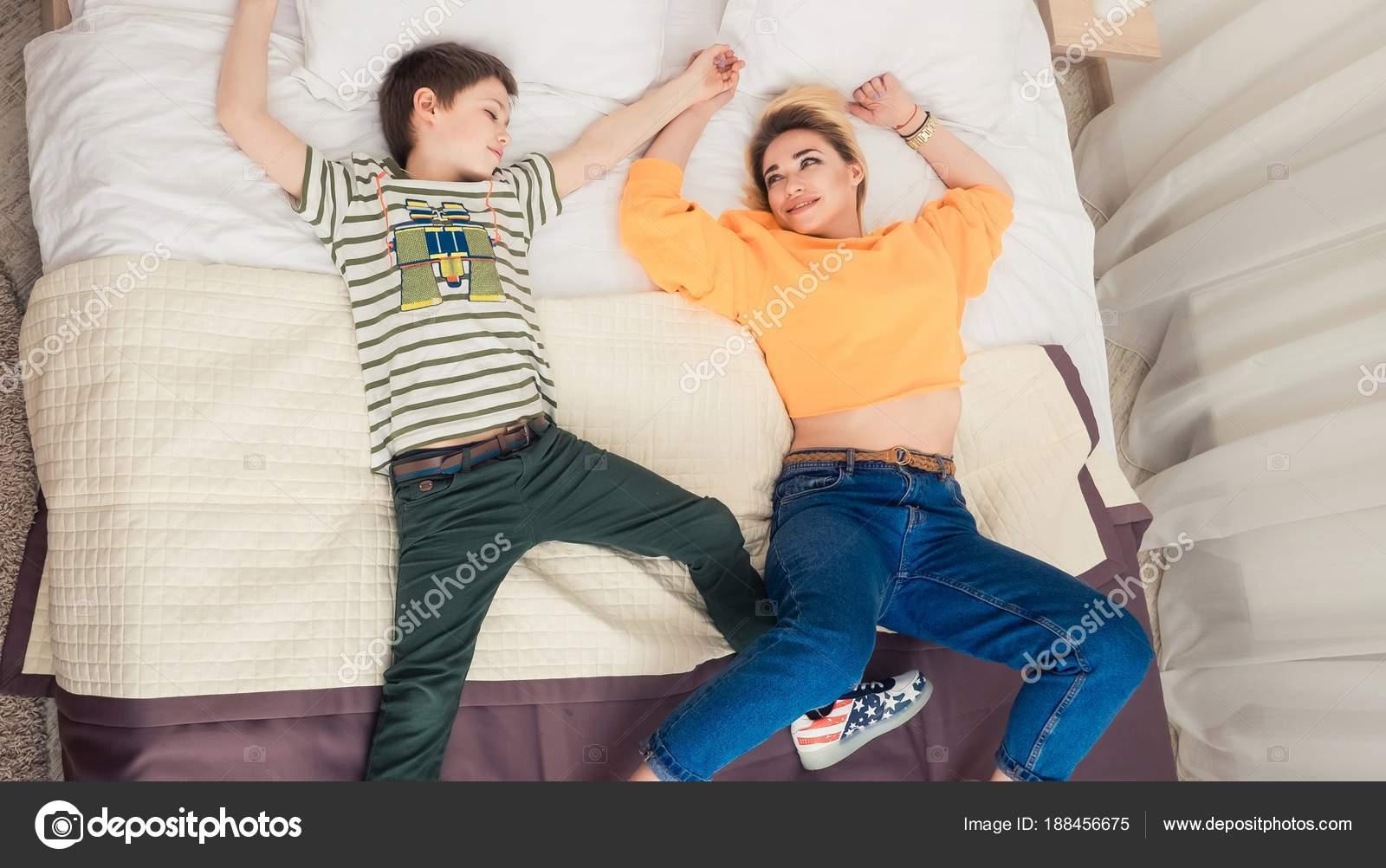 Секс мамы с сыном в спальне, Реальное русское онлайн видео секса матери с сыном 18 фотография