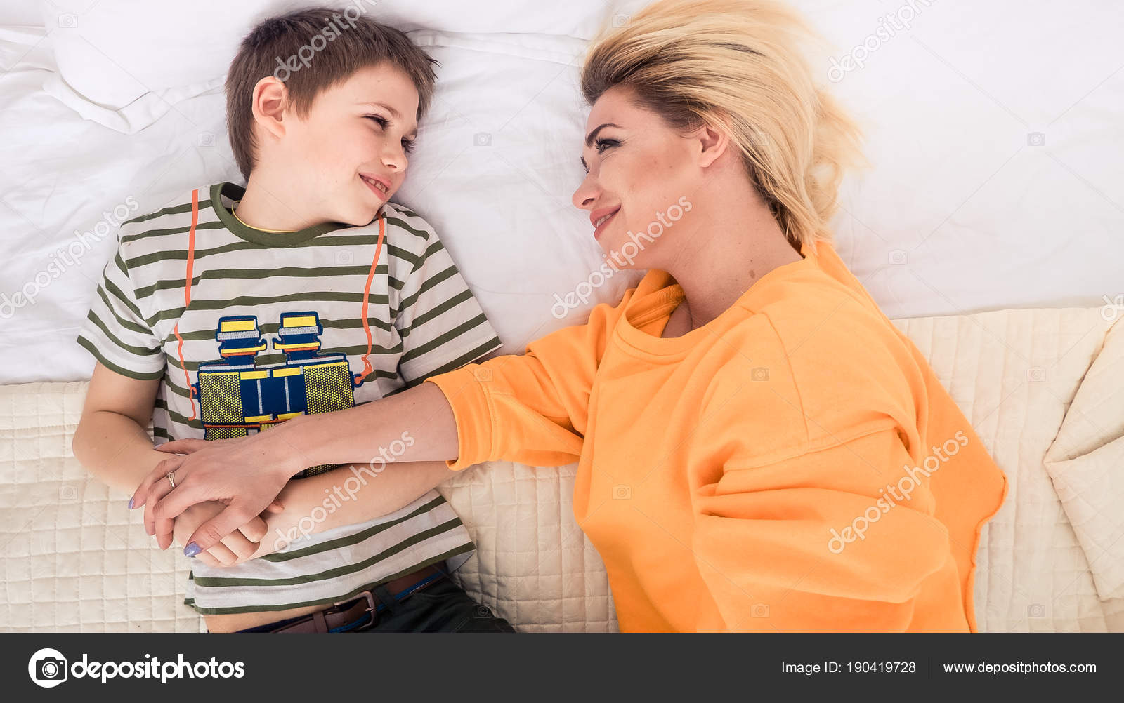 Секс с мамашей в комнате, Роскошно сын ебет мать и вливает ей сперму в нежный 20 фотография