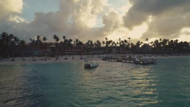 Punta Cana légi nézetet. Naplemente a tengerparton a pálmafák alatt.