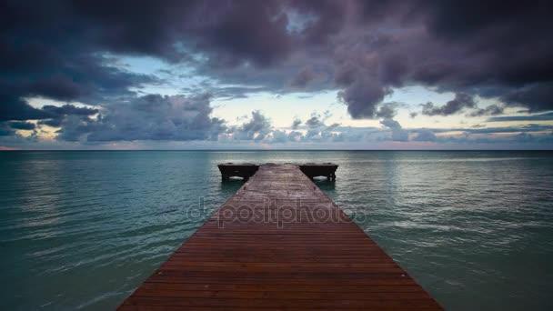 Tropická východ slunce nad dřevěná mola mola na Karibské moře, Pláž Punta Cana