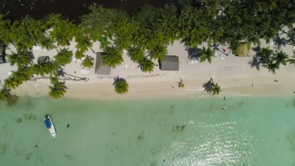 Letecký pohled na pláži tropického ostrova. U pláže Punta Cana Dominikánská republika