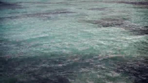 A Karib-tenger felszíni, természetes háttérben trópusi eső