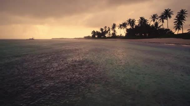 Táj a trópusi szigeten. Esik az eső, a tenger felszínén közelében beach Punta Cana, Dominikai Köztársaság