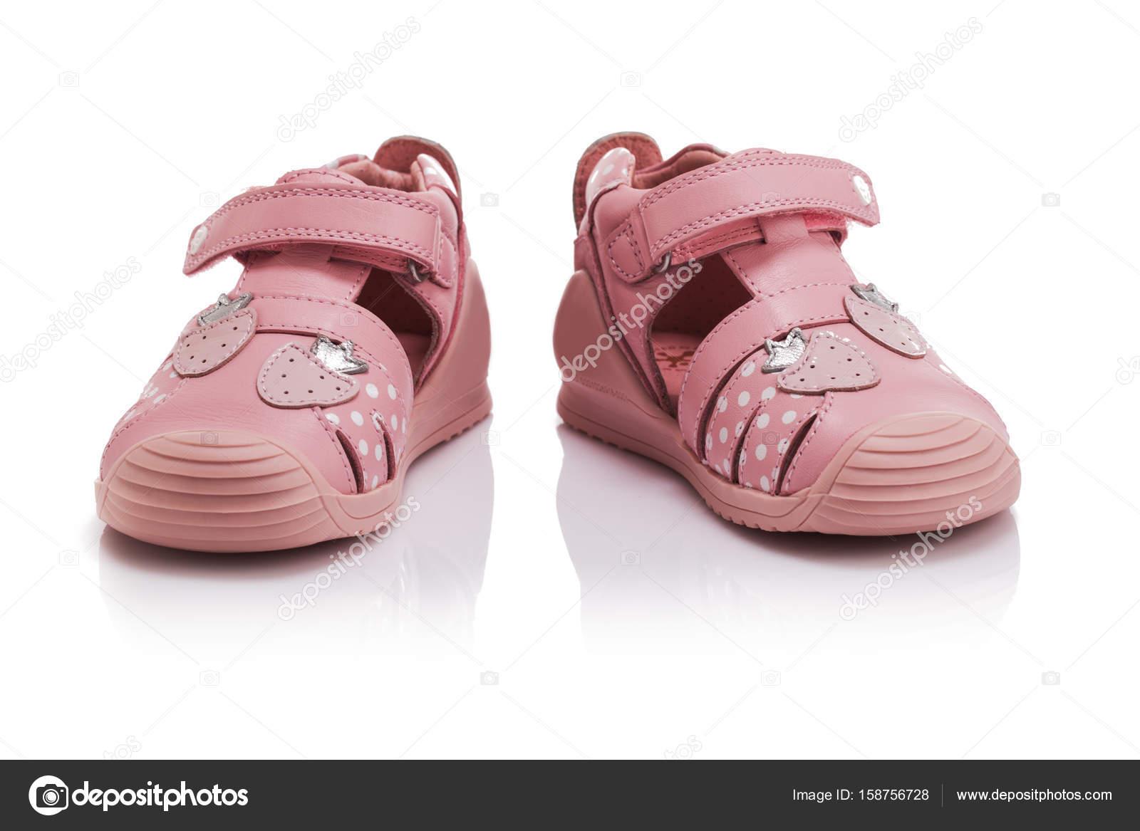 c51df6491f6 Ορθοπεδικά μωρό κορίτσι καλοκαίρι ΣΑΝΔΑΛΙΑ απομονωθεί σε λευκό — Φωτογραφία  Αρχείου