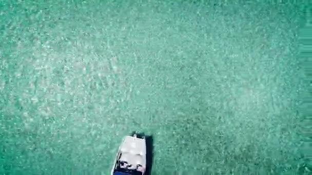 Letecké video katamarán, motorový člun nebo jachtu plachtění v Karibském moři poblíž tropický ostrov