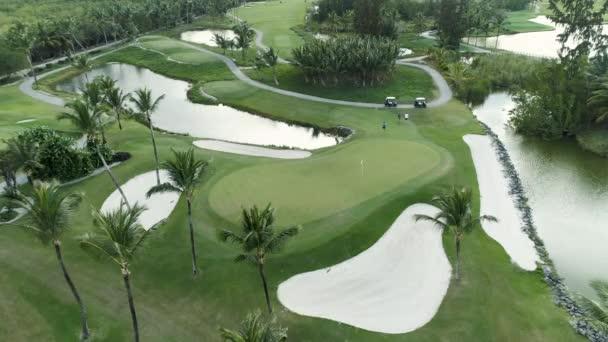 Letecký pohled na golfové hřiště s palmami v Punta Cana