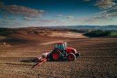Letecký pohled na traktory pracující na poli sklizeň