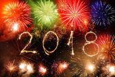 Boldog új évet 2018-ban írt szikrázó tűzijáték a fekete főleg CIG