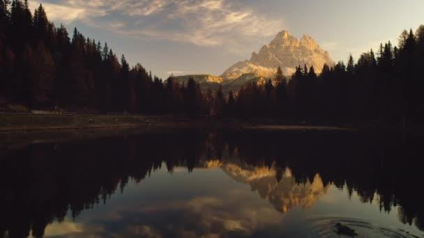 Braies jezero a hory. Barevné podzimní krajina v regionu Italské Alpy, Dolomity, Itálie, Evropa. Krása přírody
