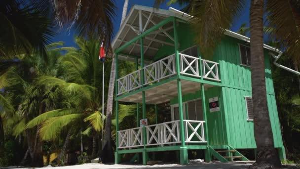 A Beach Villa, vagy a házat, a kis trópusi sziget Saona pálmafákkal. Dominikai Köztársaság