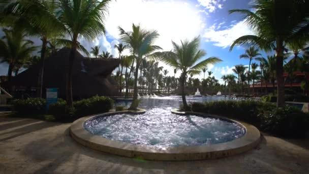 Venkovní vířivku Jacuzzi a bazén v letovisku Punta Cana hotel. Lázeňské pozadí