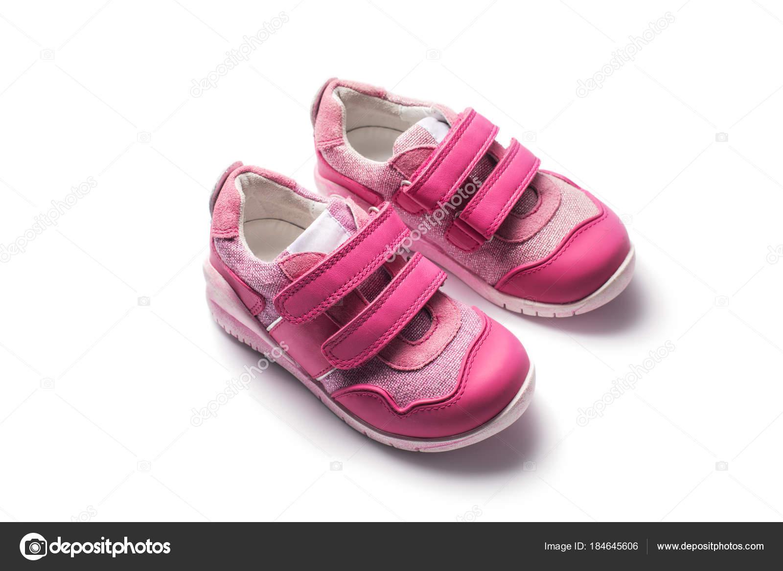 5c4b36cded4 Μωρό κορίτσι μικρό ροζ αθλητικά παπούτσια απομονωθεί σε λευκό — Φωτογραφία  Αρχείου