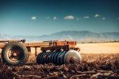 farmář v traktoru, přípravu půdy s Záhonový kultivátor