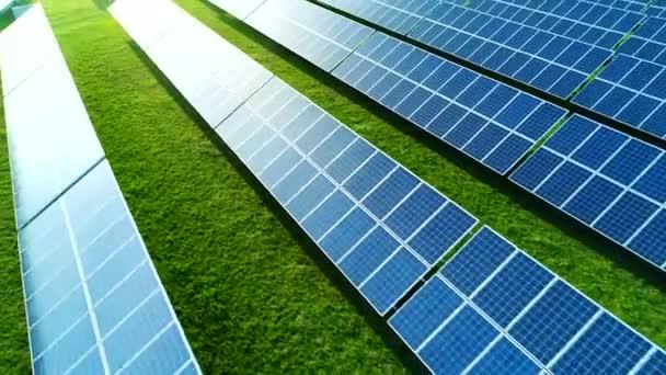 Solární farmy v poli. Pohled z vysokého úhlu solárních panelů na energetické hospodářství