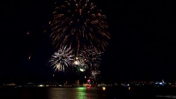 Ohňostroje šumivé na noční obloze, slavnostní koncert, svátky 2020