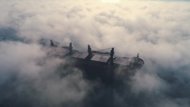 A tengeri ködben közlekedő teherszállító tartályhajó, a szállítótartályok szállítására szolgáló daruhajó légi rálátása