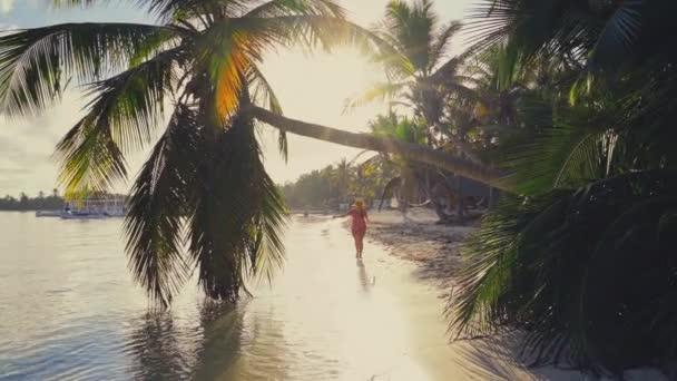 Napfelkeltét a trópusi szigeten strand és pálmafák felett. Punta Cana, Dominikai Köztársaság