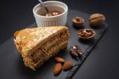Kuchen mit Erdnüssen, Walnüssen, Schokolade und Karamellcreme