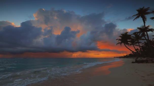 Drámai napkelte a trópusi sziget felett egzotikus kókuszpálmafákkal