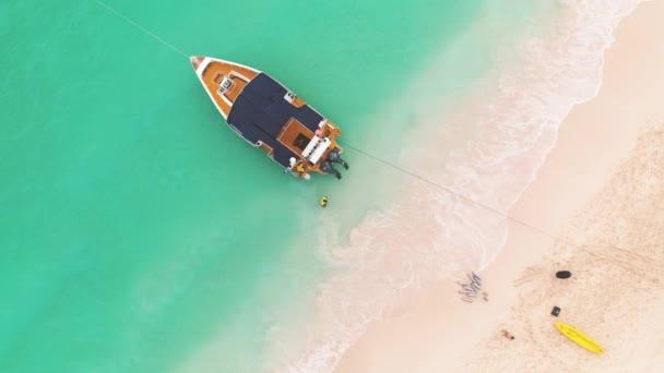 Tropická loď plující na čisté tyrkysové vodě z karibského moře