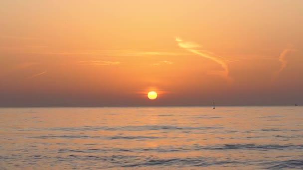 Východní vlny moře. Hořící obloha a zářící zlatá vlnitá voda.