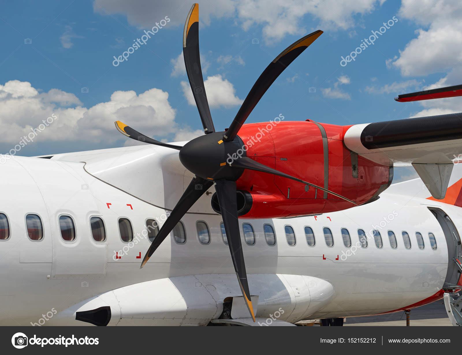 Propellermaschine In Modernen Flugzeug Stockfoto Dimarik 152152212