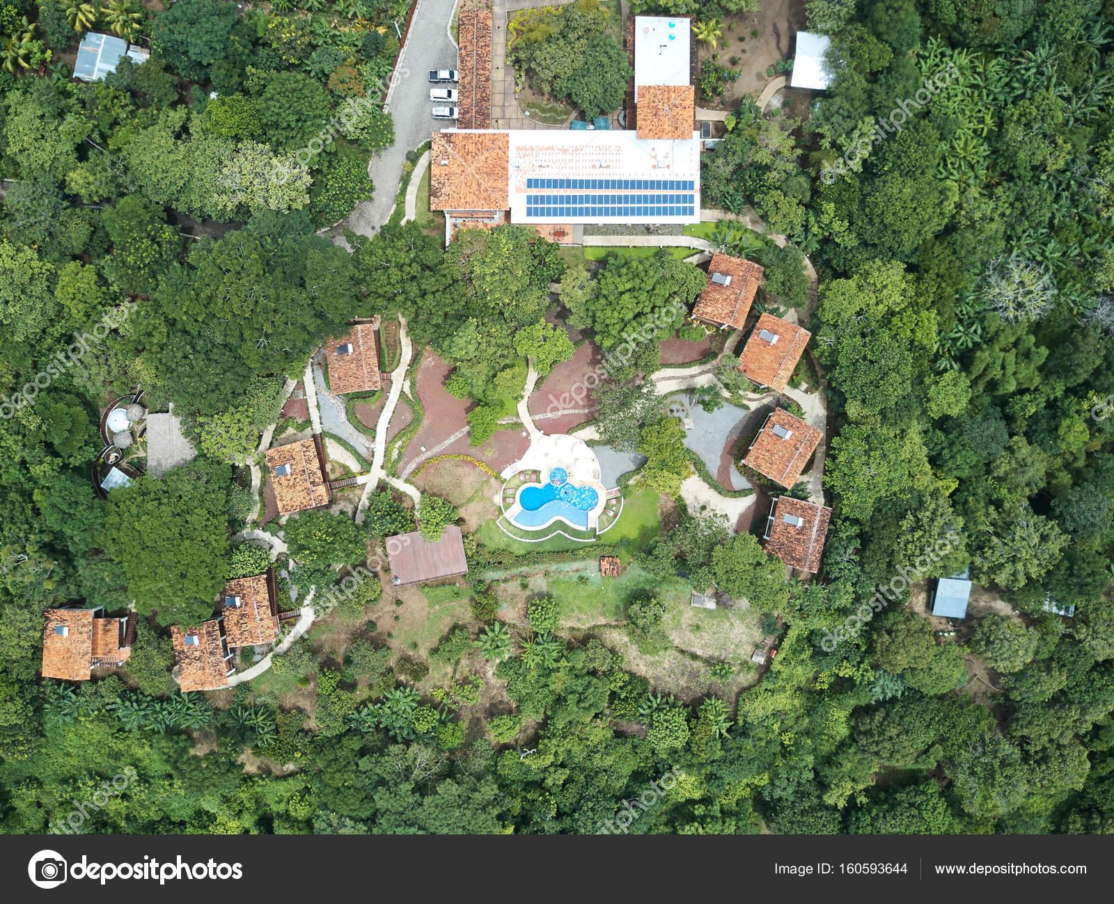 vue aérienne sur les maisons avec piscine au milieu — photographie