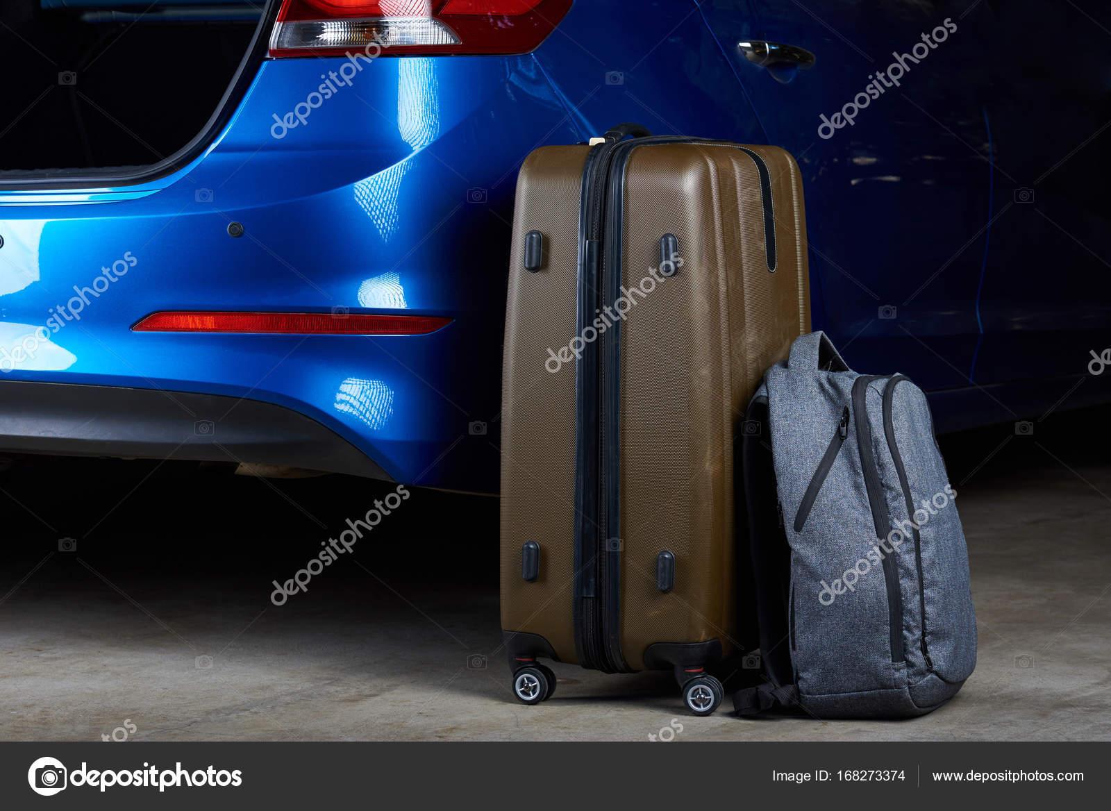 8c4d06af07f10 Gepäck-Taschen laden zum Auto Kofferraum Nahaufnahme. Laden Gepäck im  modernen blaues Auto — Foto von ...